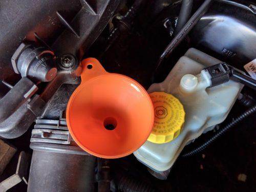 Воронка для залива нового масла под капотом автомобиля Фольксваген Поло
