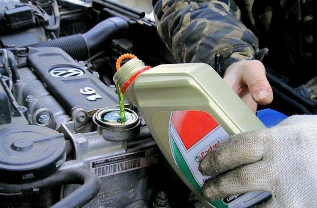 Заливка свежего масла в горловину на двигателе Фольксваген Поло седан