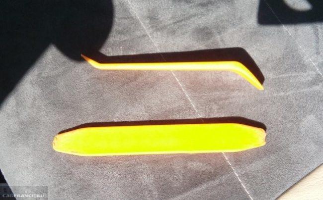 Пластиковые лопатки для снятия накладки ручки на двери водителя на Фольксваген Поло седан
