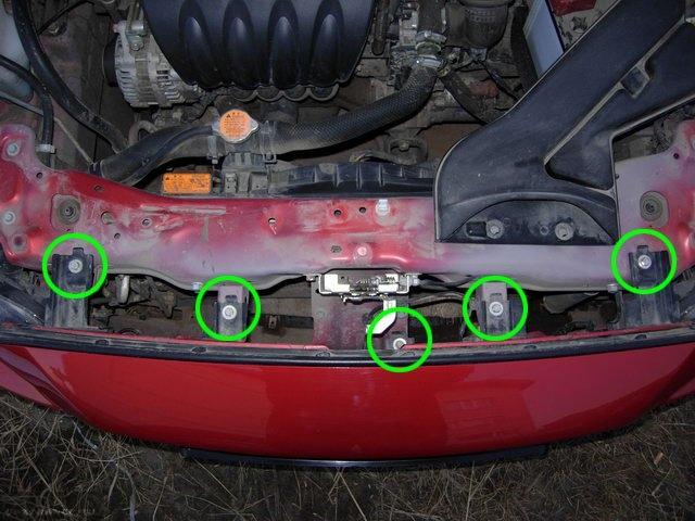 Схема крепления верхней части переднего бампера под капотом автомобиля Митсубиси Лансер 10