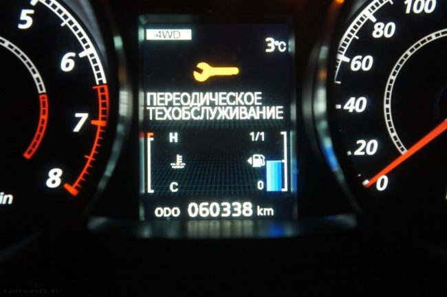 Индикатор бортового компьютера на приборке Митсубиси Лансер 10 в режиме индикации ТО