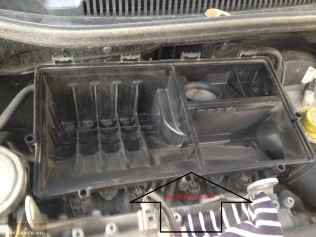 Чистый корпус воздушного фильтра на двигателе Фольксваген Поло седан