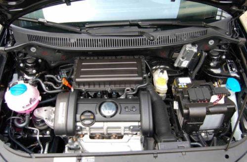 Моторный отсек автомобиля Фольксваген Поло с двигателем объемом 1,4 литра