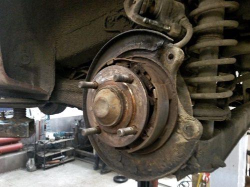 Барабанный тормоз на заднем колесе автомобиля Митсубиси Лансер 9