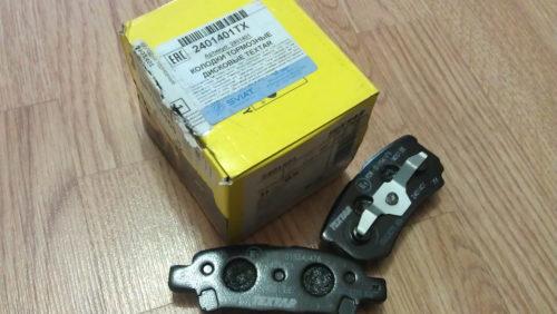 Коробка желтого цвета с колодками Textar для заднего тормоза Митсубиси Лансер 9