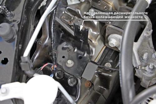 Крепление расширительного бачка под капотом автомобиля Митсубиси Лансер 10