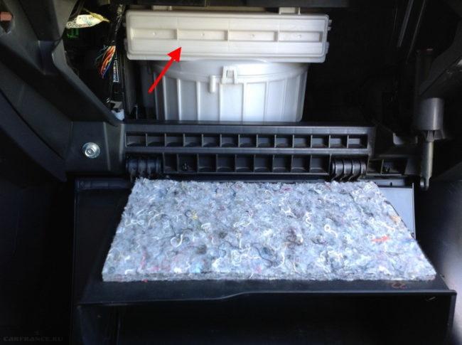 Крышка на отсеке салонного фильтра в седане Митсубиси Лансер 10