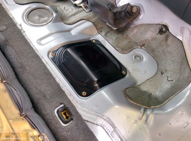 Винты крепления люка бензобака в автомобиле Митсубиси Лансер 9 серии