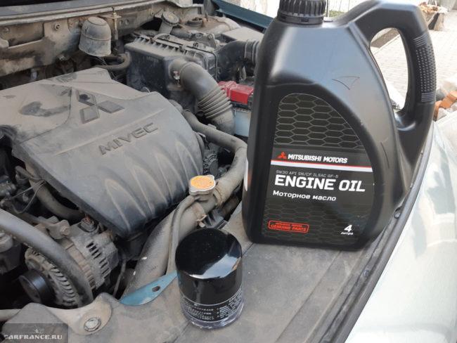 Фирменное масло ENGINE OIL 5W/30 артикул MZ320757 для мотора автомобиля Митсубиси Лансер 9