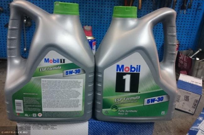 Зеленые крышки на серых канистрах с маслом для движка объемом 1,6 л в Митсубиси Лансер 9