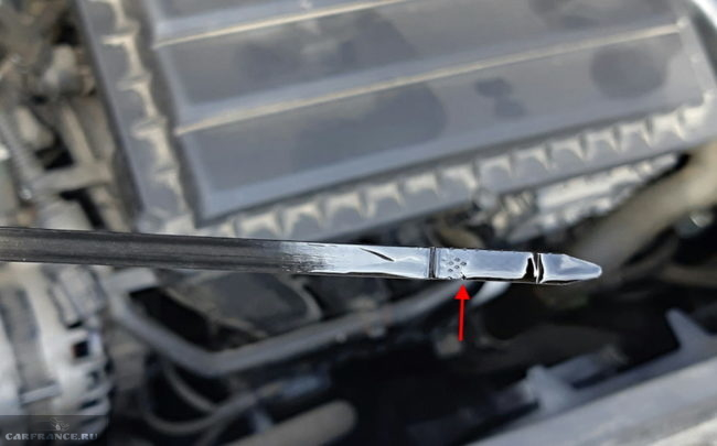 Проверка уровня масла в двигателе автомобиля Фольксваген Поло седан