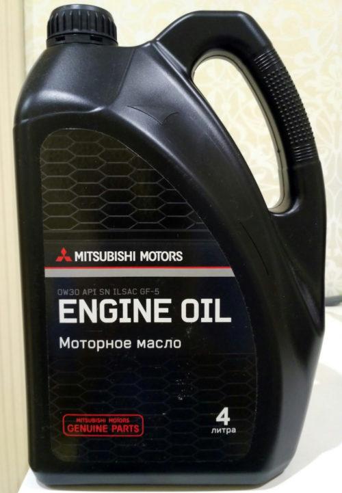 Четырехлитровая канистра с моторным маслом Mitsubishi Моторс для автомобиля Митсубиси Лансер 9