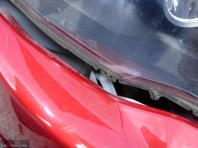 Направляющие штыри между фарой и бампером на автомобиле Митсубиси Лансер 10