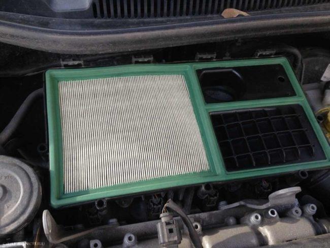 Новый фильтрующий элемент в корпусе на двигателе автомобиля Фольксваген Поло