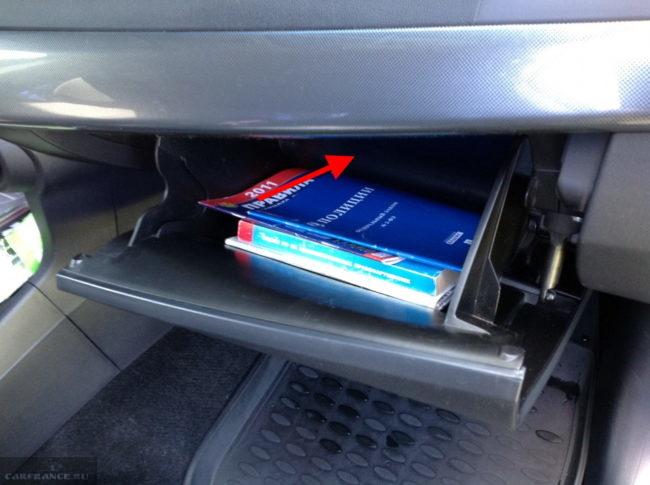 Открытый бардачок в салоне автомобиля Митсубиси Лансер 10