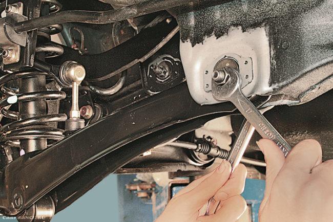 Снятие поперечного рычага в задней подвеске автомобиля Митсубиси Лансер 9