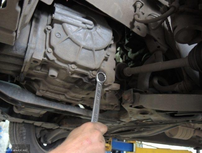 Отворачивание сливной пробки на автоматической КПП в Мицубиси Лансер 10 1.5 л