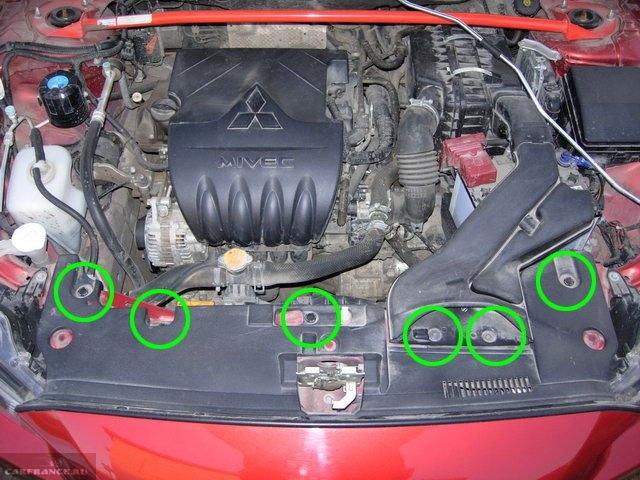 Схема размещения крепежных пистонов на накладке воздухозаборника в Митсубиси Лансер 10