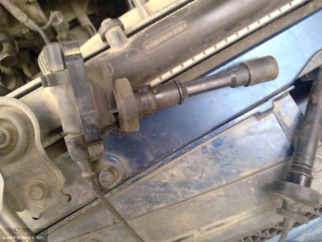 Высоковольтный провод с катушкой зажигания на движке 1,6 автомобиля Митсубиси Лансер 9