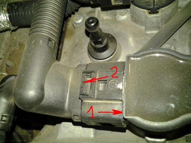 Снятие разъема с катушки зажигания на моторе Фольксваген Тигуан