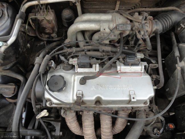 Резиновый шланг на клапанной крышке двигателя 1,6 л в Митсубиси Лансер 9
