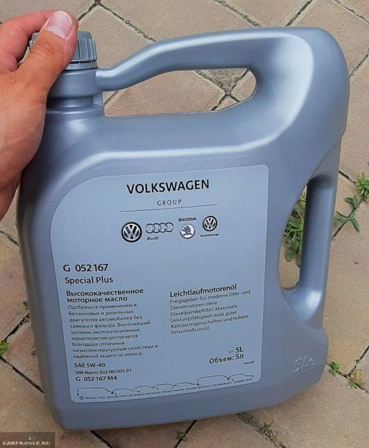 Канистра с оригинальным маслом для двигателя седана Фольксваген Поло