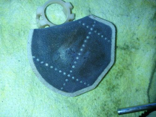 Грязный фильтр грубой очистки с бензонасоса седана Мицубиси Лансер 10