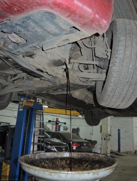 Слив отработанного масла из АКПП на седане Мицубиси Лансер 10 с двигателем 1.5 литра