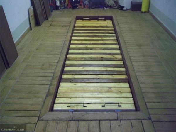 Деревянный настил на смотровой яме в личном гараже