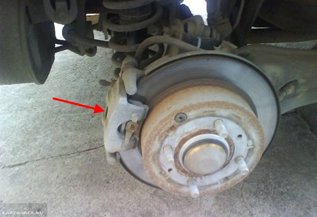 Тормозной суппорт на заднем колесе Митсубиси Лансер 9, вид со снятым колесом