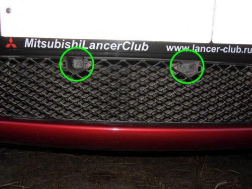 Снятие заглушек в центральной части фальш-решетки радиатора на Митсубиси Лансер 10