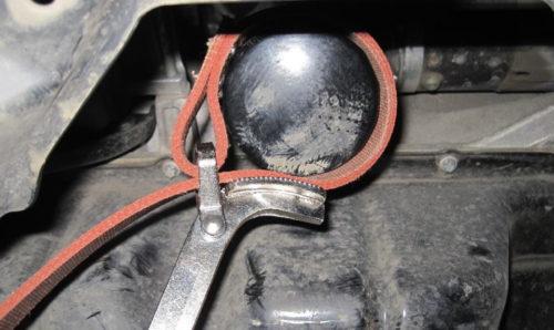 Отворачивание масляного фильтра двигателя 1,6 специальным ключом на Митсубиси Лансер 9
