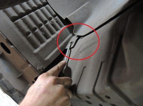 Извлечение пластиковой клипсы бокового экрана в нише переднего колеса на Мицубиси Лансер 10 с движком 1.5 литра