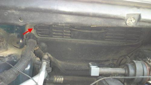 Крышку отсека салонного фильтра под лобовым стеклом на Пежо 307