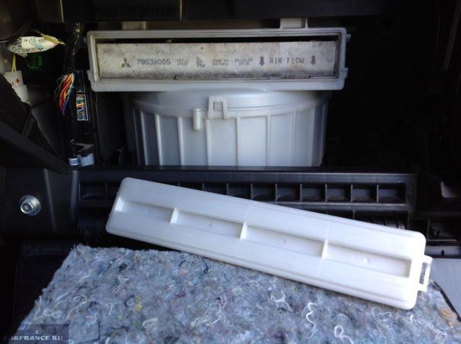 Снятие крышки отсека фильтра салона в бардачке седана Митсубиси Лансер 10
