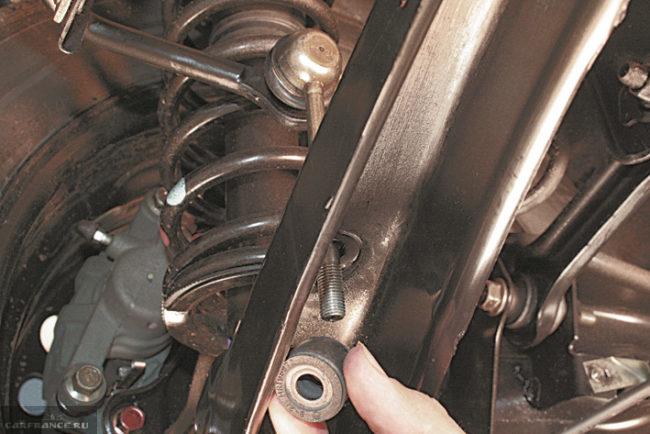 Снятие стойки стабилизатора в задней подвеске автомобиля Митсубиси Лансер 9