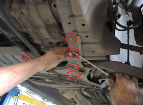 Демонтаж защиты двигателя на Мицубиси Лансер 10 с АКПП