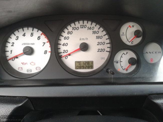 Стрелочные индикаторы на панели приборов в Митсубиси Лансер 9 с двигателем 1,6 литра