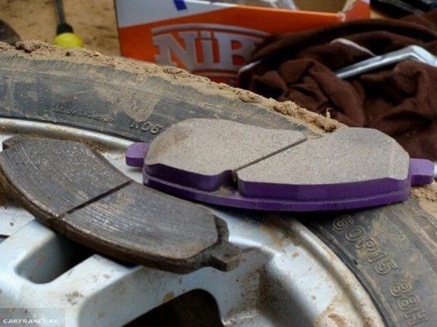 Сравнение старых и новых тормозных колодок с заднего колеса Митсубиси Лансер 9