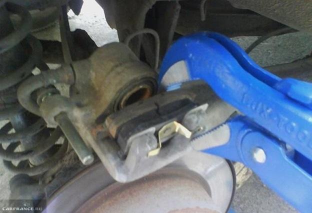 Установка новых тормозных колодок в задний суппорт на седане Митсубиси Лансер 9