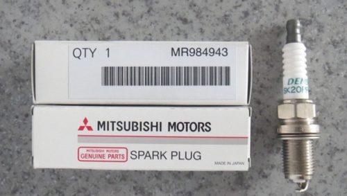 Внешний вид свечи и её упаковки марки DENSO MR984943 для Митсубиси Лансер 9
