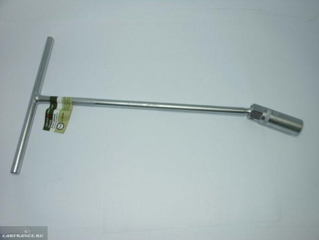 Свечной ключ с магнитным фиксатором для замены свечей в Митсубиси Лансер 9 с двигателем 1.6 литра
