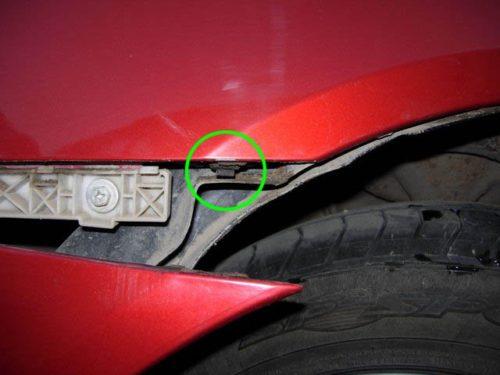 Защелка крепления уха бампера около крыла автомобиля Митсубиси Лансер 10