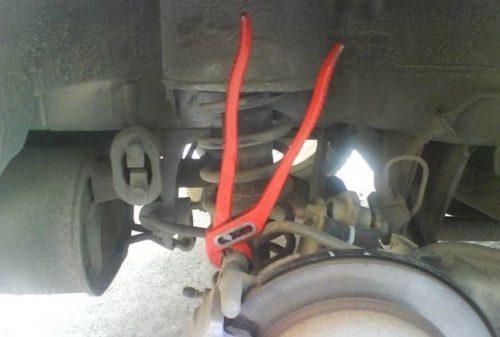 Красный раздвижной ключ на болту суппорта заднего колеса Митсубиси Лансер 9 серии