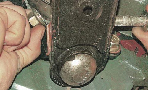 Снятие стяжного болта с поворотного кулака передней подвески на седане Митсубиси Лансер 9