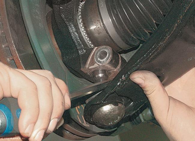 Снятие пальца шаровой с поворотного кулака на Митсубиси Лансер 9 серии