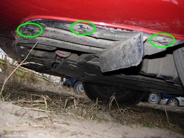 Крепление пыльника моторного отсека к нижней части переднего бампера в Митсубиси Лансер 10