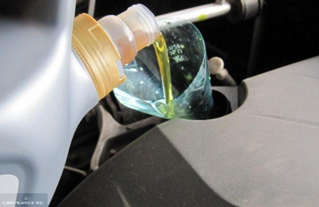 Заливка нового масла с помощью самодельной воронки из старой бутылки в двигатель седана Митсубиси Лансер 9