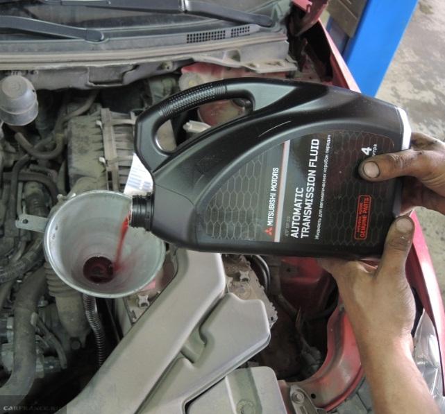 Заливка нового масла в АКПП автомобиля Мицубиси Лансер 10 с двигателем 1.5 л