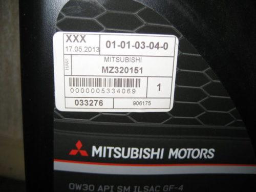 Наклейка с артикулом на канистре с маслом 0W30 MZ320151 для Митсубиси Лансер 10 с двигателем объёмом 1.8